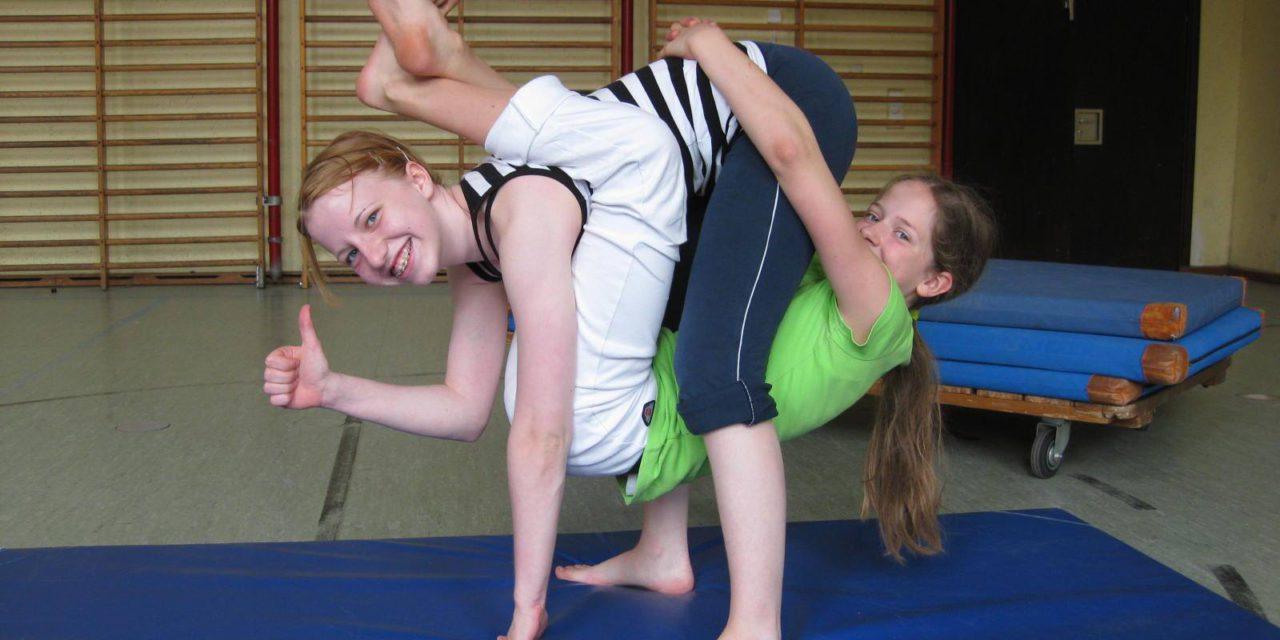 AcroYoga trifft Zirkus – Heeeeereinspaziert in den neuen Kurs für Familien